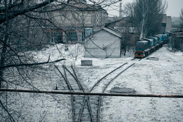 Ferrocarril con trenes y planta al fondo. depósito de vagones. carriles Foto Premium