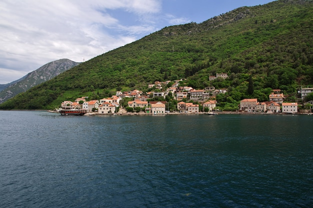 Ferry en la bahía de boka kotorska, montenegro, costa adriática Foto Premium