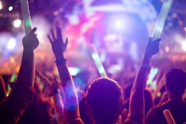 Festival de música y concepto de escenario de iluminación Foto Premium