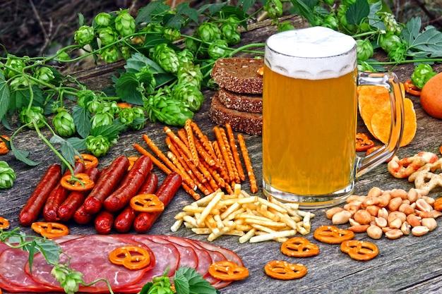 Festival de oktober. vaso de cerveza y aperitivos de cerveza. Foto Premium
