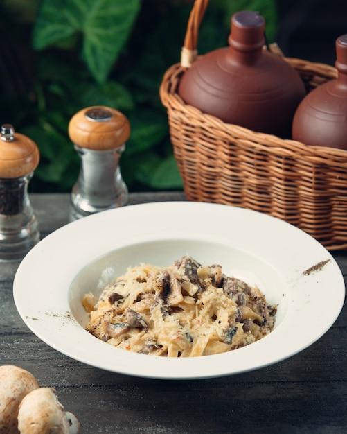 Fettucine con queso y champiñones Foto gratis