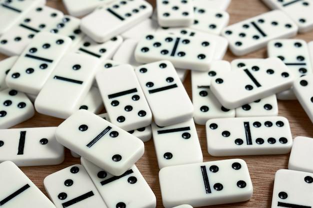 Fichas de dominó con fondo de madera. Foto Premium
