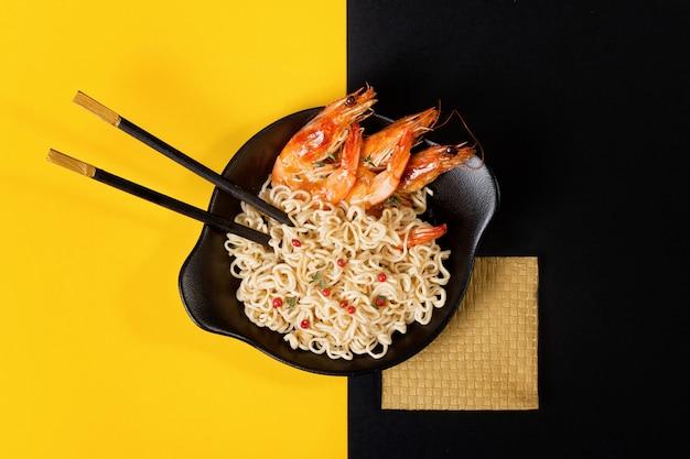 Fideos asiáticos con camarones Foto Premium