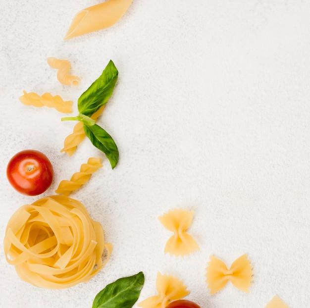 Fideos e ingredientes Foto gratis