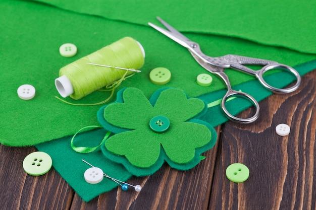 Fieltro de hoja de trébol, decoración para el día de san patricio. costura, manualidades de bricolaje Foto Premium