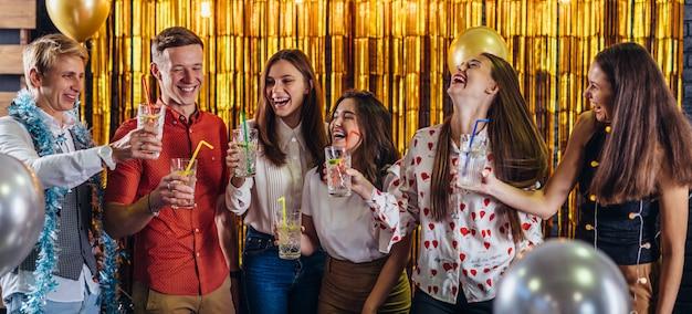 Fiesta de año nuevo. grupo de jóvenes divirtiéndose Foto Premium