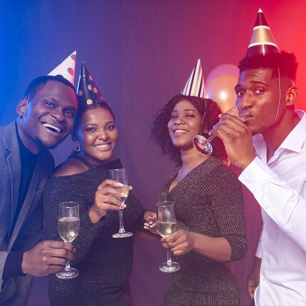 Fiesta de cumpleaños feliz bebiendo champán Foto gratis