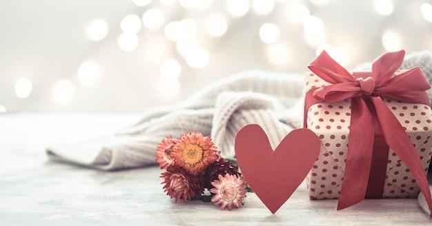 Fiesta de pared, regalo en una hermosa caja con un corazón. Foto gratis