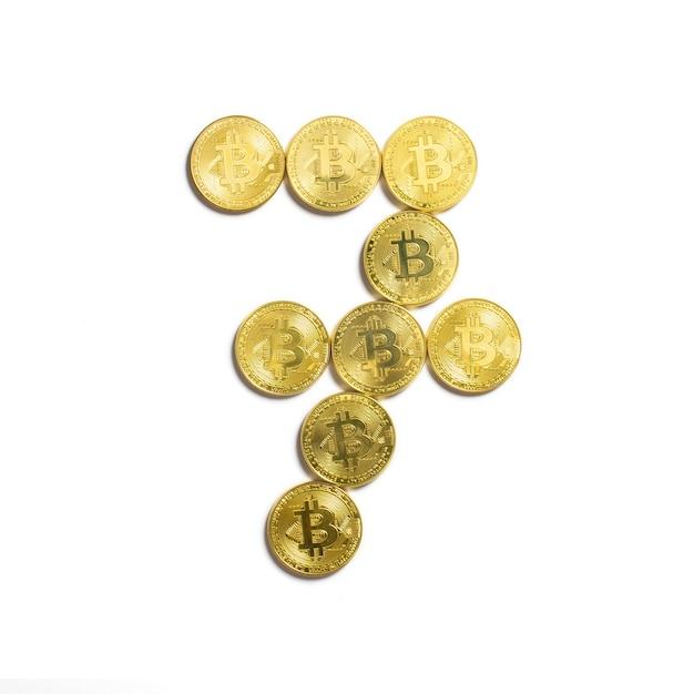 La figura de 7 presentada de monedas bitcoin y aislado sobre fondo blanco. Foto gratis