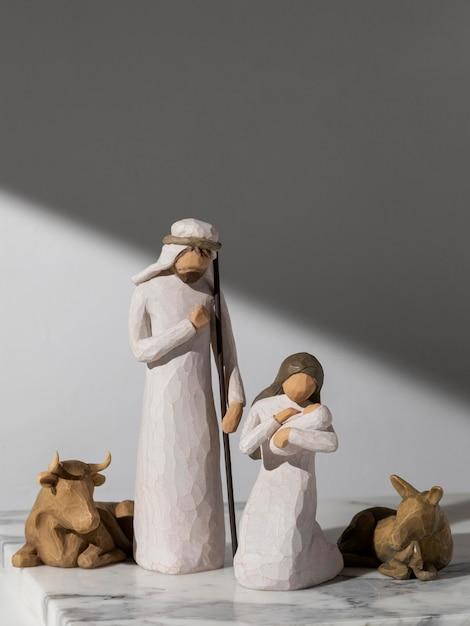 Figura femenina y masculina del día de la epifanía con recién nacido y ganado Foto gratis