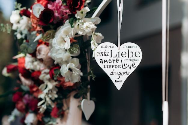Figura en forma de corazón con palabra tallada Foto gratis