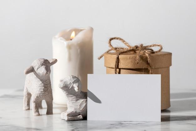Figuras de ovejas del día de la epifanía con caja de regalo y vela Foto gratis