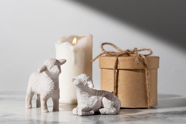 Figuras de ovejas del día de la epifanía con vela y caja de regalo Foto gratis
