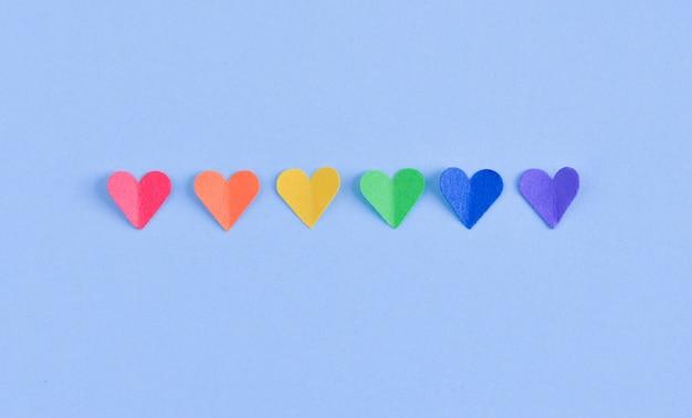 Fila de corazones con colores de la bandera del orgullo gay. Foto Premium