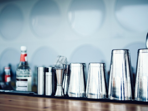 Fila de equipos de bar en mostrador Foto gratis