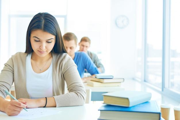 Fila de estudiantes haciendo un examen Foto gratis