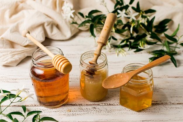 Fila de jarras de miel Foto gratis