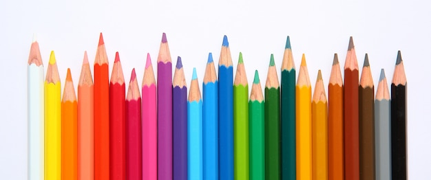 Fila de lápices de colores con onda sobre fondo blanco Foto Premium