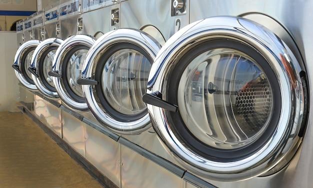 Foto Premium | Fila de lavadoras industriales en lavandería.