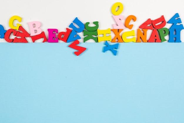 Fila de letras multicolores aislado Foto Premium