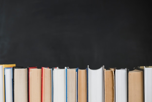 Fila recta de libros Foto gratis