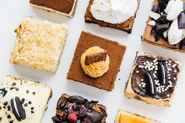 Fila de varios deliciosos pasteles Foto gratis