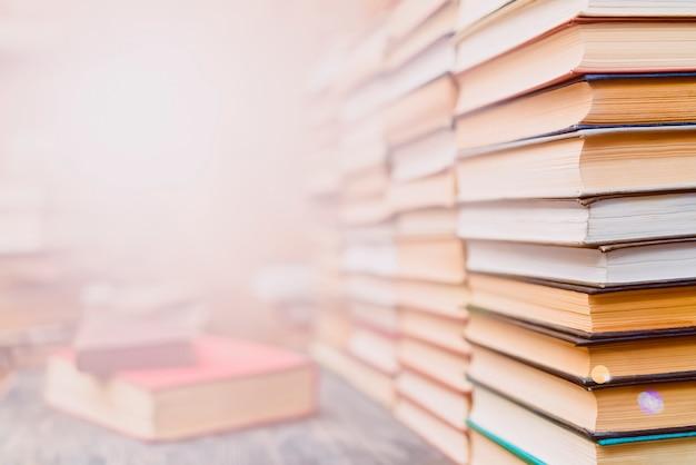 Filas de libros en la biblioteca. Foto Premium