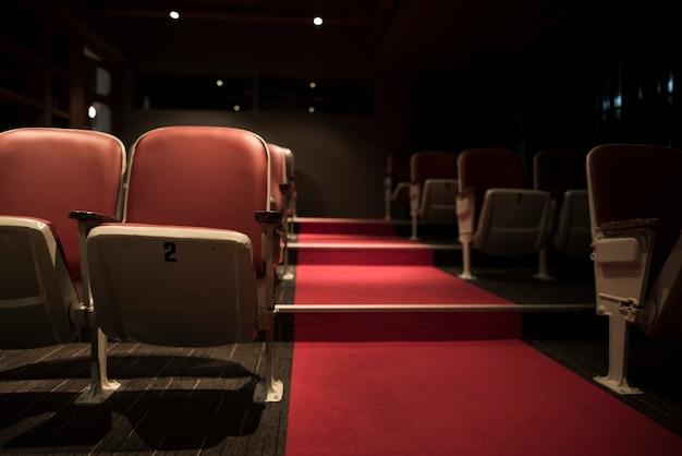 Filas vacías en una sala de cine Foto gratis