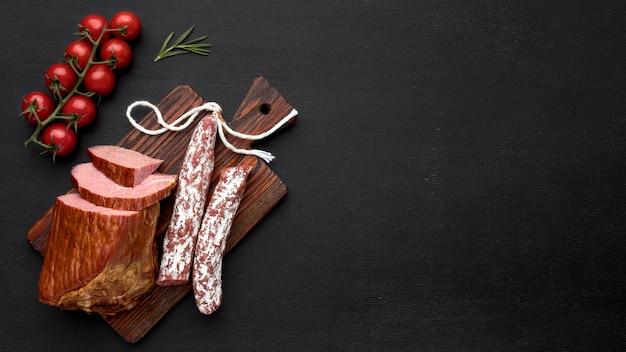 Filete de carne y salami con tomate y espacio de copia Foto gratis