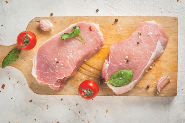 Filete de cerdo cruda en mesa de madera Foto Premium