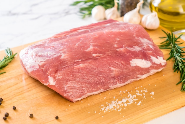 Filete de cerdo fresco crudo Foto Premium
