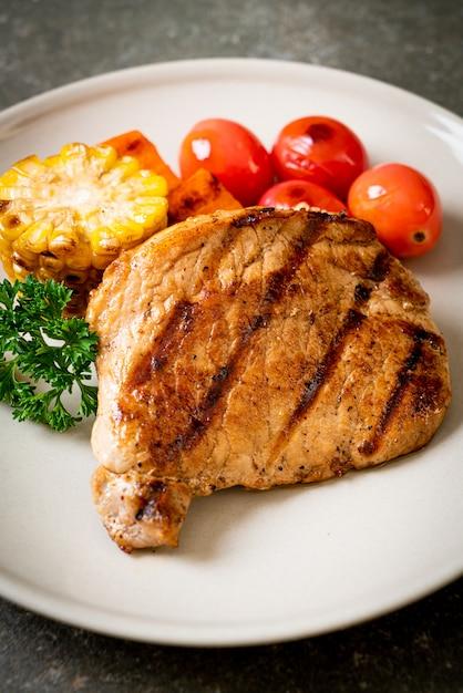 Filete de cerdo a la parrilla y asado con verduras Foto Premium