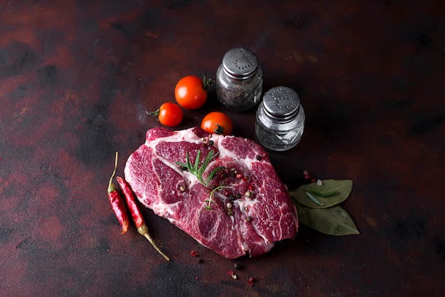 Filete crudo con especias e ingredientes para cocinar. Foto Premium