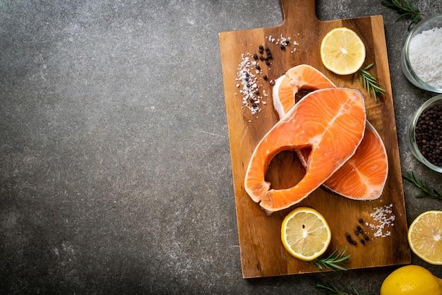 Filete de filete de salmón crudo fresco Foto Premium