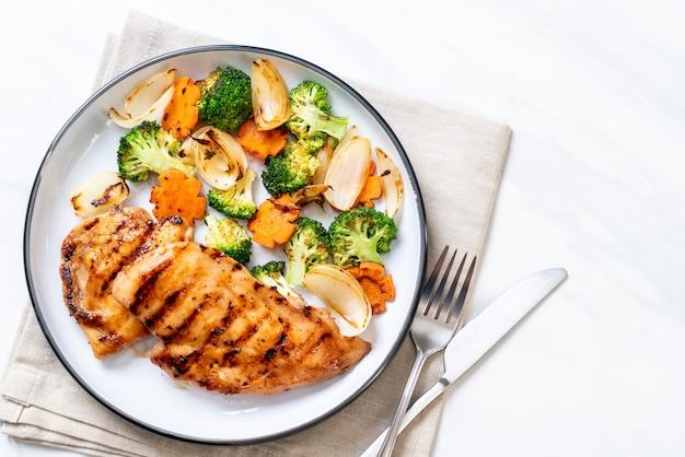 Filete de pechuga de pollo a la plancha con verdura Foto Premium