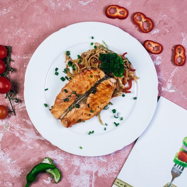 Filete de pescado a la plancha con hierbas y ensalada de verduras. vista superior. Foto gratis