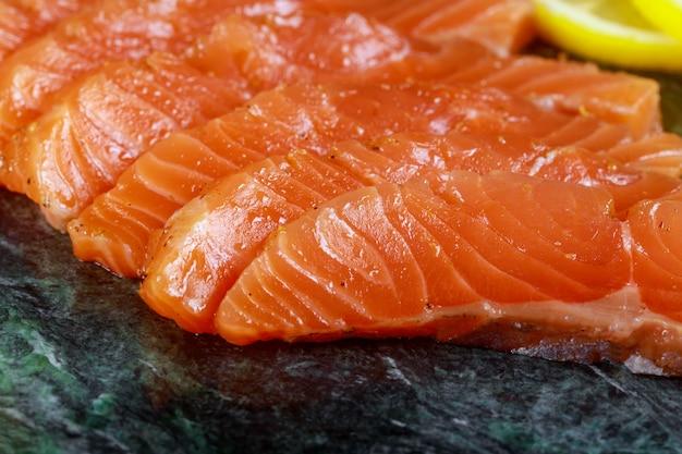comer el salmon crudo