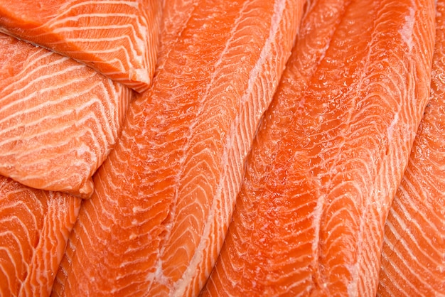 Filete de salmón fresco en hielo Foto Premium