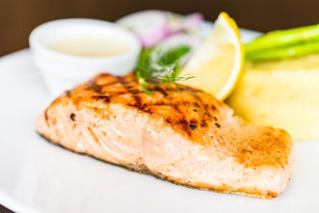 Filete de salmón a la parrilla a la parrilla Foto gratis
