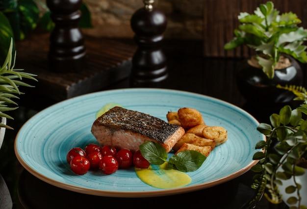 Filete de salmón a la plancha y picante Foto gratis