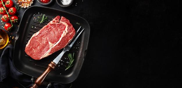 Filete de ternera crudo en sartén grill Foto Premium