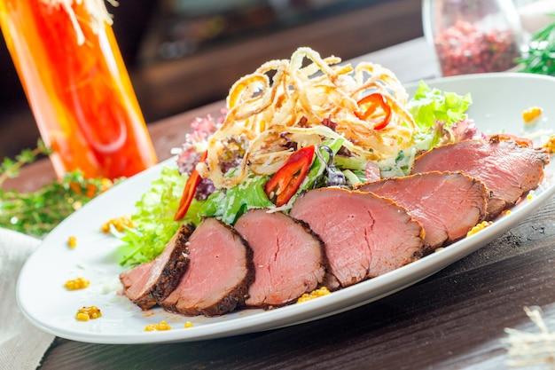 Filete de ternera con ensalada Foto Premium