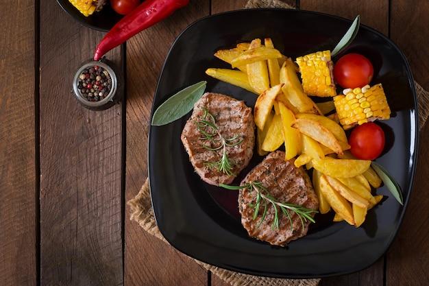 Filete de ternera tierno y jugoso medio raro con papas fritas Foto gratis