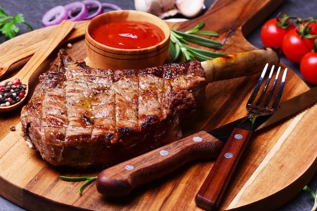 Filete tomahawk con especias y verduras Foto Premium