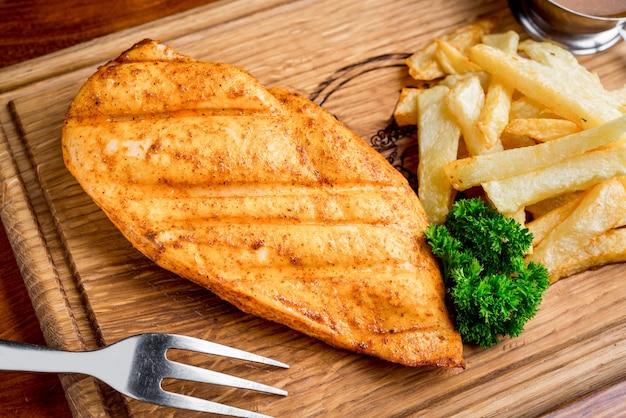 Filetes a la parrilla, papas al horno y verduras Foto Premium