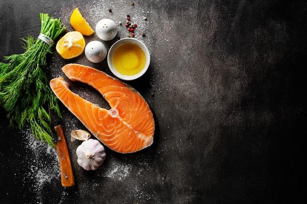 Filetes de pescado crudo con ingredientes Foto gratis