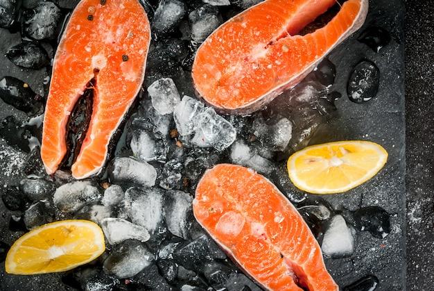 Filetes de salmón crudo en hielo Foto Premium