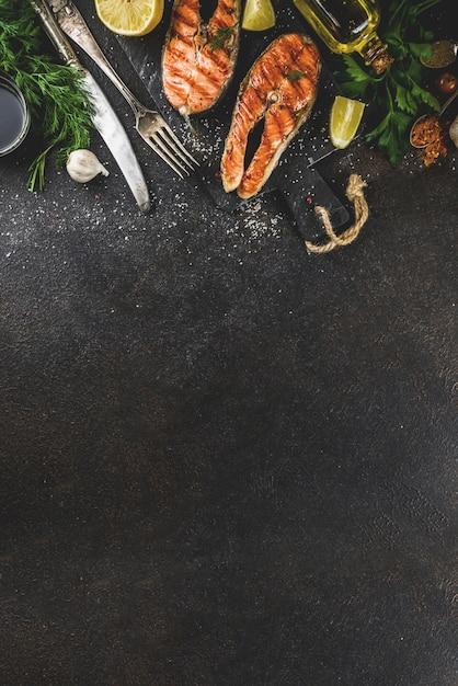 Filetes de salmón a la parrilla con ingredientes Foto Premium
