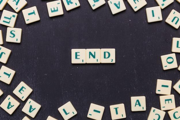 Fin de las letras scrabble dispuestas sobre fondo negro Foto gratis