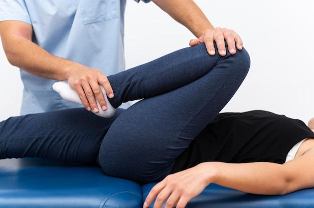 Fisioterapeuta haciendo ejercicios con paciente Foto gratis